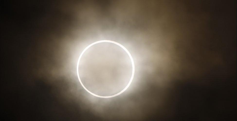 شاهد الملايين كسوفا نادرا للشمس بدءا من شرق آسيا حتى غرب الولايات المتحدة.
