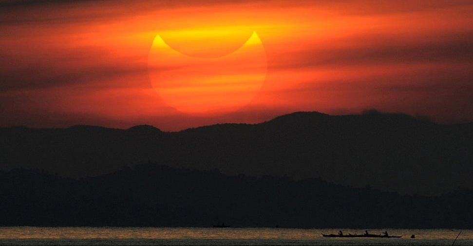 """يعد كسوف الشمس الحالي حدثا نادرا لأنه """"هجين"""" يجمع بين رؤية قرص الشمس الدائري والكسوف الكلي للشمس."""