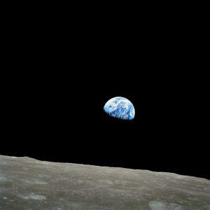 نحن والقمر جيران